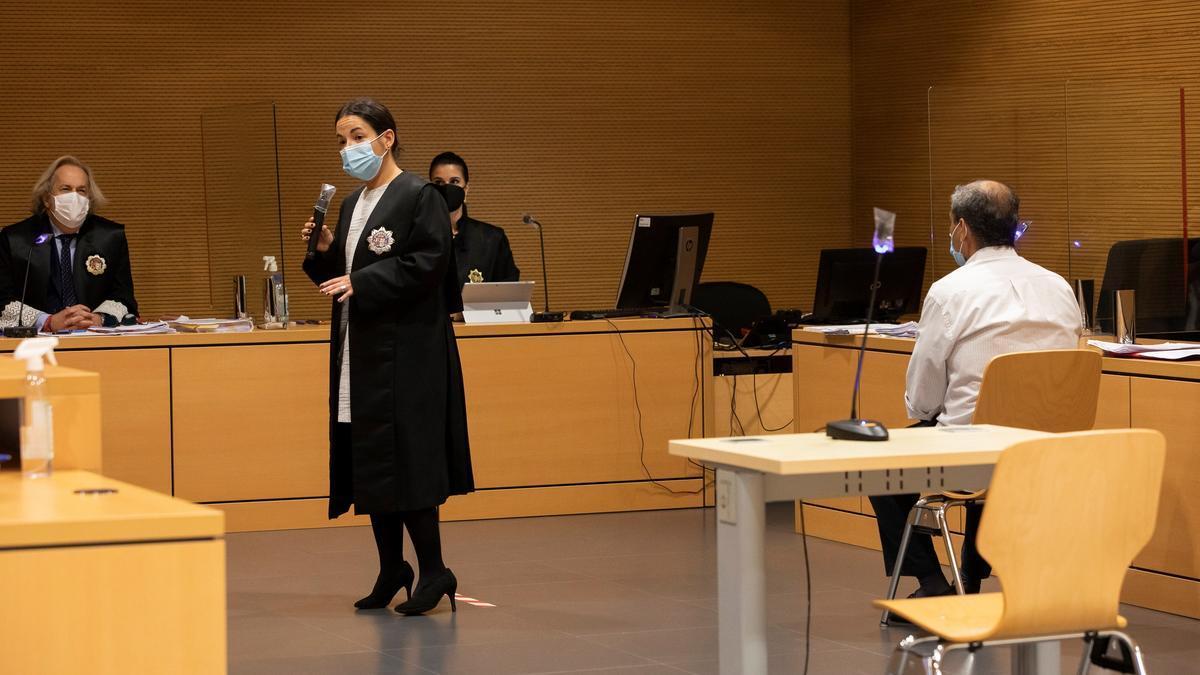 La fiscal del caso hace su alegato frente al Jurado durante el juicio sobre el intento de soborno de un empresario a un concejal de La Oliva