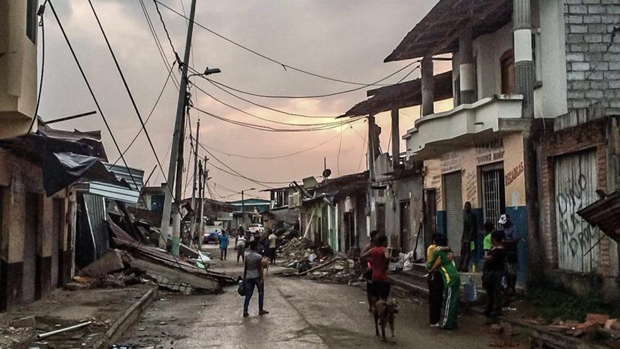 Despues de las primeras evacuaciones de emergencia, las ONG están centradas en la atención a los supervivientes y les preocupa la insalubridad, por el riesgo a la propagación de enfermedades. | Intermón Oxfam (David Illera).