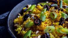 Así nos quedaría el plato de arroz amarillo con cúrcuma