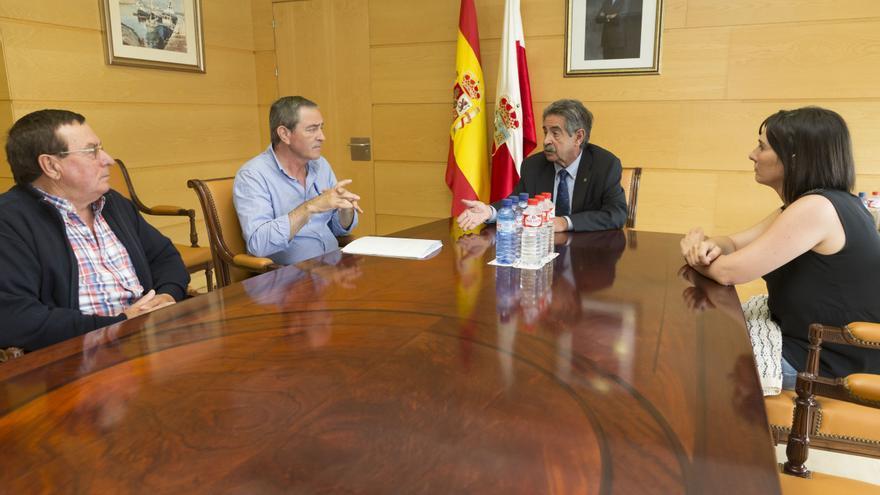 Revilla ha recibido en su despacho al alcalde de Suances. | MIGUEL LÓPEZ
