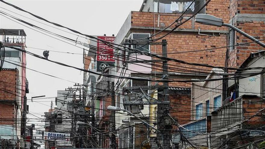 Registro general de la calle de la favela paulista de Paraisópolis donde la madrugada de este domingo se registró una tragedia, luego de que una intervención policial durante una fiesta funk terminara en una estampida que provocó la muerte de nueve asistentes a la celebración.