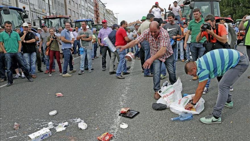Ganaderos queman en una calle compostelana una bandera y productos lácteos franceses