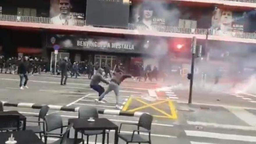 Enfrentamiento entre ultras del Valencia y el Barceona ante Mestalla.