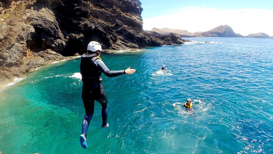 Turistas practicando 'coasteering'