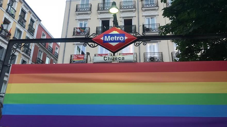 Bandera LGTB en la entrada del Metro de Chueca   SOMOS CHUECA