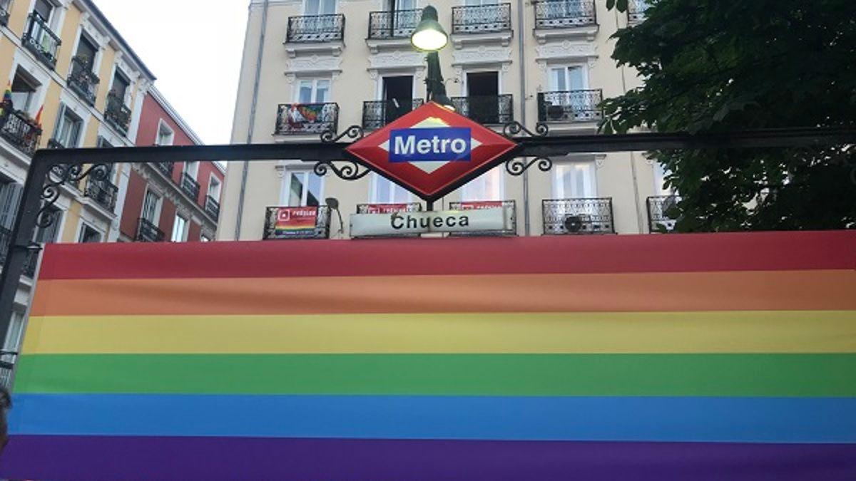 Bandera LGTB en la entrada del Metro de Chueca | SOMOS CHUECA