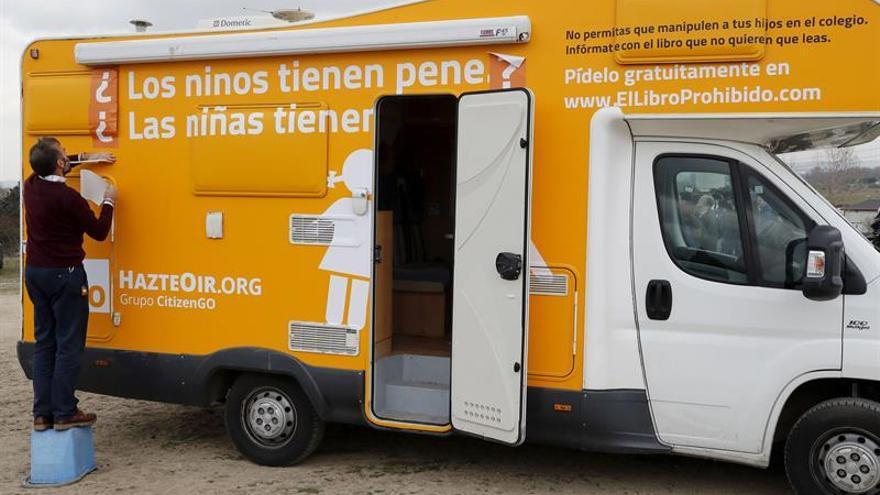 HazteOir pone interrogaciones en sus lemas tránsfobos para seguir con campaña
