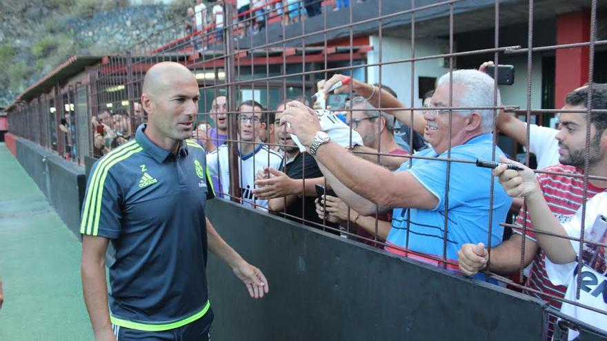 Zidane atendió con amabilidad a sus seguidores. Foto: JOSÉ AYUT.