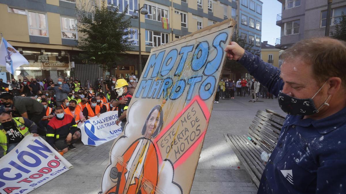 El presidente del comité de empresa de Alcoa, José Antonio Zan, sostiene un cartel con la imagen de la ministra Reyes Maroto