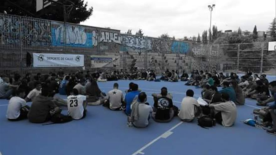 Asamblea en la cancha. Imagen de Pablo Hernández.