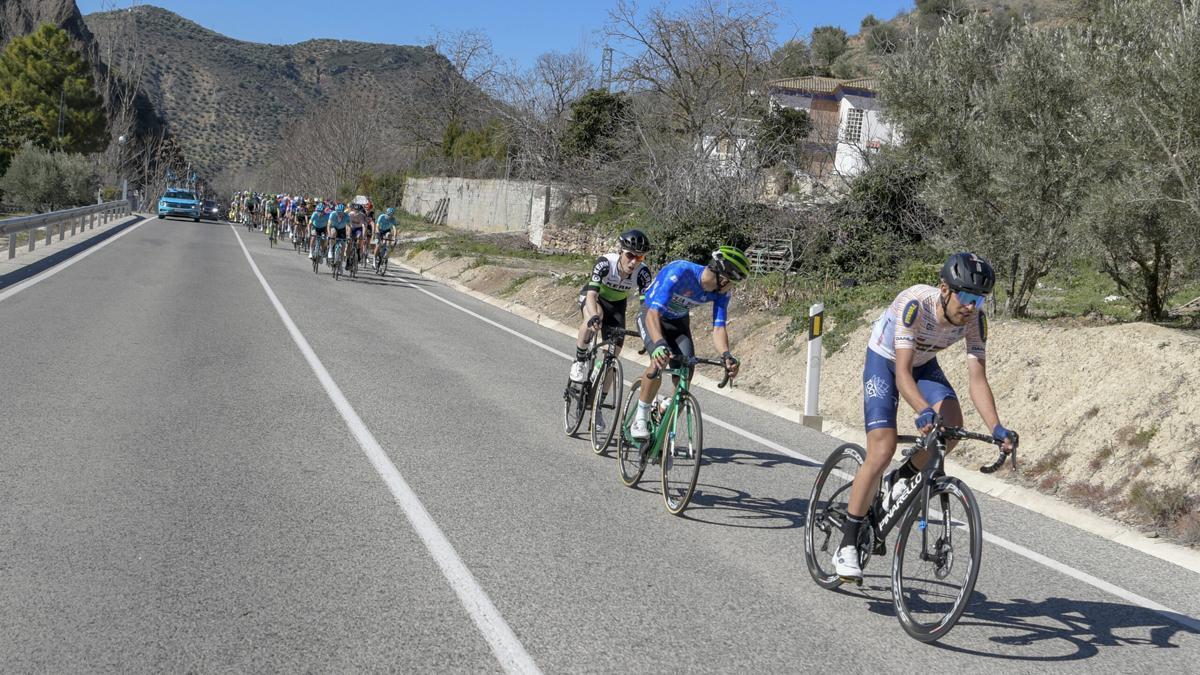 Llegada a Iznájar de la Vuelta a Andalucía en 2020