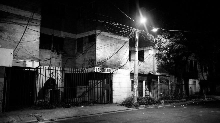 Según relatan vecinos de la zona, este edificio del barrio de San Jacinto, en San Salvador, está ocupado por pandilleros. La mayoría de los residentes han tenido que huir de la vivienda por la presencia de miembros de las pandillas en la zona, que posteriormente ocuparon las casas vacías. El Salvador es el segundo país en el mundo con mayor tasa de desplazamientos forzados internos a causa de la violencia, de acuerdo con un informe publicado por el Consejo Noruego de Refugiados y el Centro de Monitoreo de Desplazamiento Interno (NRC/IMD, por sus siglas en inglés) en 2016. Esta nación centroamericana solo ha sido superada porSiria.