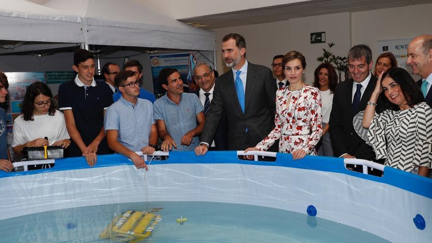 Los reyes de España en su visita a las instalaciones de Plocan conociendo el proyecto Edurovs de la mano del director del consorcio público, Octavio Llinás (a la derecha de Felipe VI con traje y corbata). En la piscina, robots submarinos.