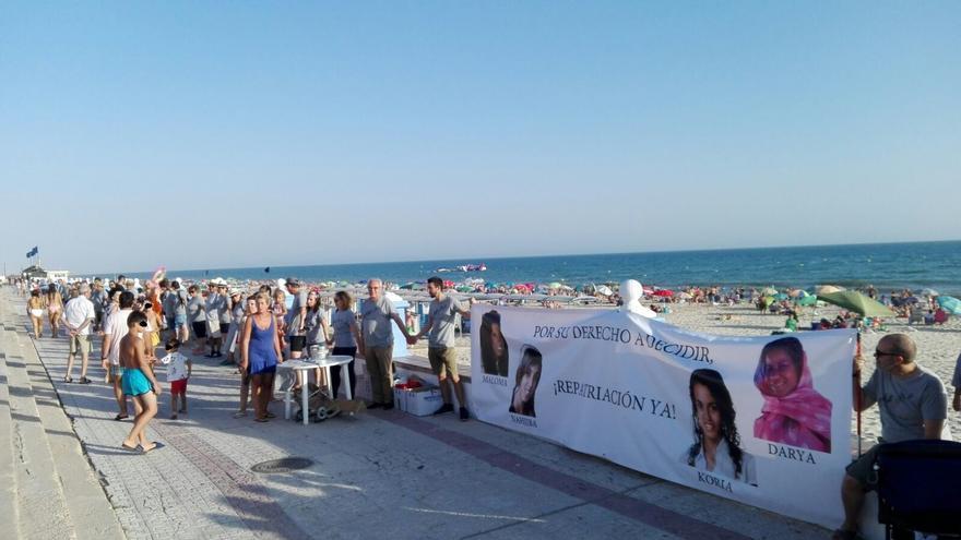 El inicio de la movilización en el paseo marítimo de Matalascañas.