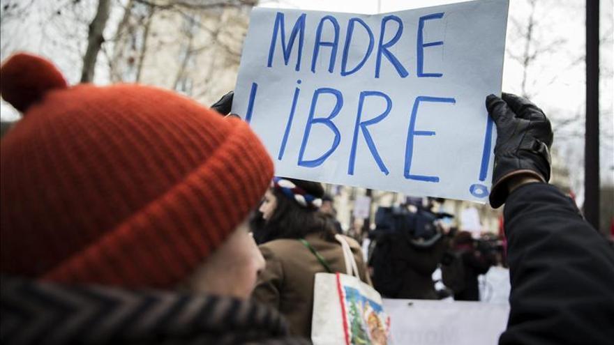 Unas 200 personas protestan en París contra la reforma del aborto en España