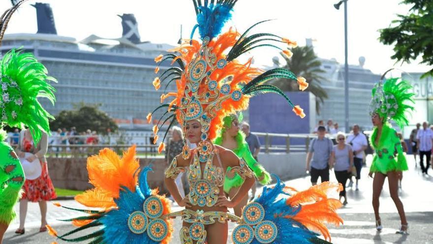 Comparsas en el Día del Turismo en Las Palmas de Gran Canaria. (TONY HERNÁNDEZ)