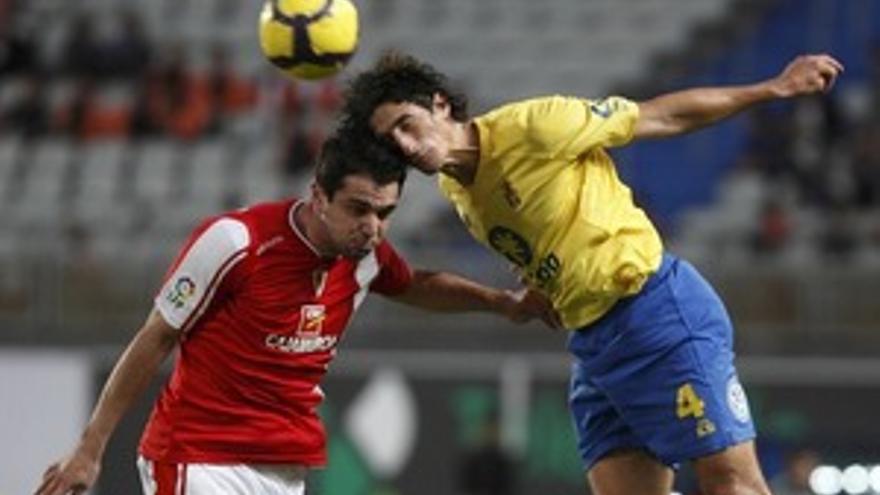Lamas disputa un balón en el partido de la primera vuelta ante el Murcia. (QUIQUE CURBELO)