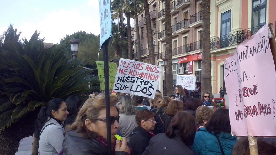 Los trabajadores de Ayuda a Domicilio de Murcia, protestando frente al ayuntamiento de la capital / PSS