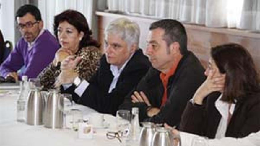 José Miguel Pérez se reúne con los secretarios locales socialistas y candidatos a alcaldes de los municipios de Lanzarote.