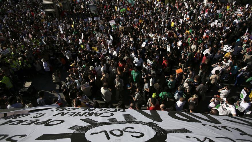 Miles de manifestantes se concentran en Sol a la espera de comenzar el grito mudo. / Fotografía: Olmo Calvo.
