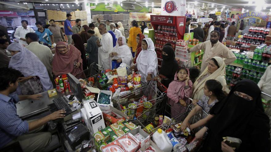 La gente hace cola en un supermercado en Islamabad, Pakistán.