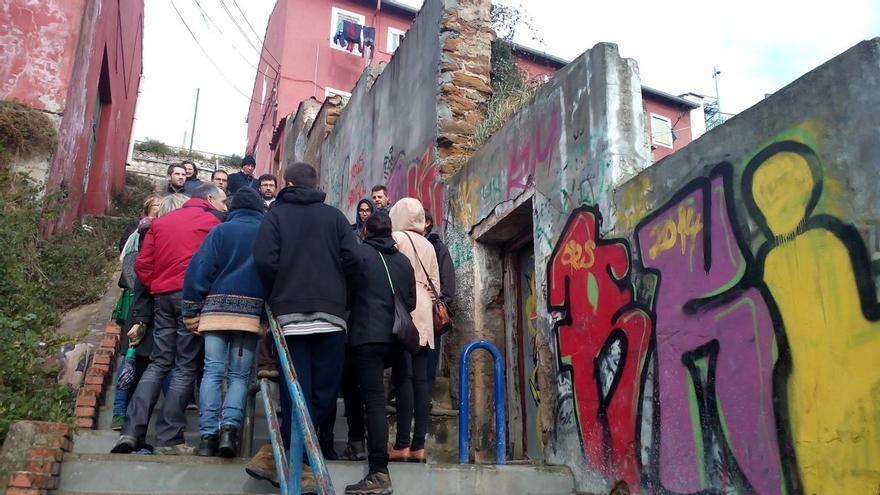 Los vecinos afectados por la expropiación organizaron una visita al barrio para denunciar el estado de abandono