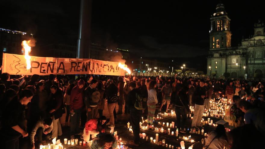 Manifestación celebrada en Ayotzinapa contra la masacre de estudiantes ocurrida el 26 de septiembre. Una pancarta pide la dimisión del presidente/ Rodrigo Hernández