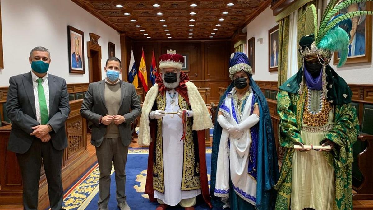 Ciuca destaca en una nota que centra sus indicios en el expediente de los trajes de los Reyes Magos, un encargo por parte del Ayuntamiento de Telde, con valor de 12.600 euros