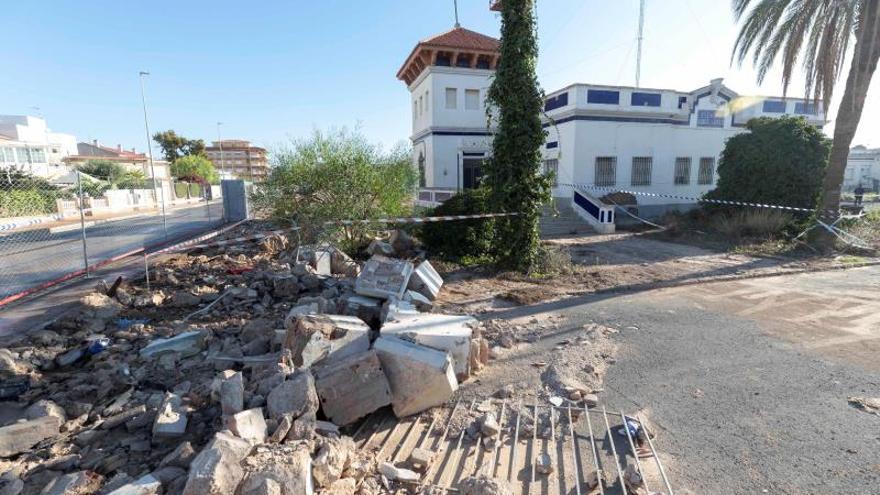 Muro derribado por las inundaciones provocadas por la DANA en el acuartelamiento del ejército del aire de Los Alcázares (Murcia), el pasado mes de septiembre.