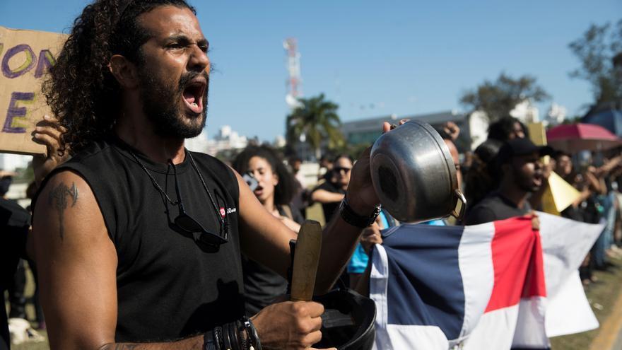 Cientos de jóvenes protestaban la semana pasada exigiendo la renuncia de los miembros de la Junta Central Electoral (JCE) frente a la sede del organismo, en Santo Domingo (República Dominicana).