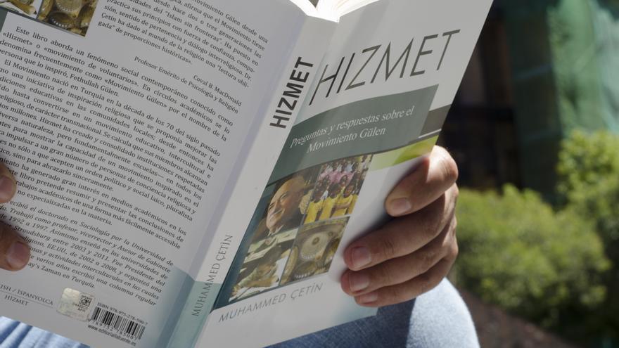 Ahmet Demir sostiene un libro sobre el movimiento Gulen