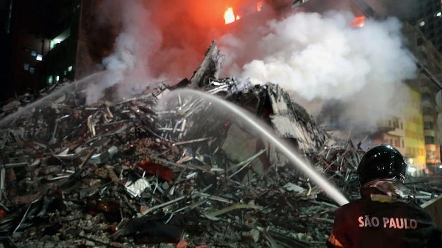 Al menos un muerto en el derrumbe de un edificio incendiado en Sao Paulo