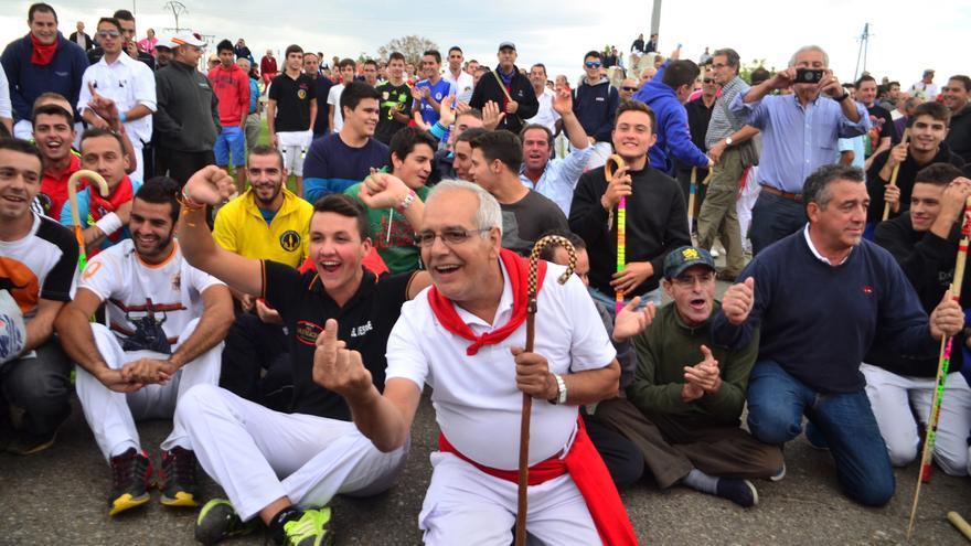 Varios participantes de la fiesta provocan a los manifestantes en contra del Toro de la Vega./ William Criollo.