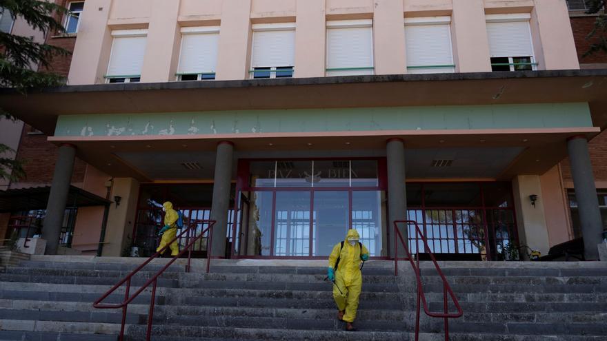Bomberos de la Diputación de Teruel durante las labores de desinfección de la residencia de la tercera edad deBurbáguena, este martes. EFE/Antonio Garcia