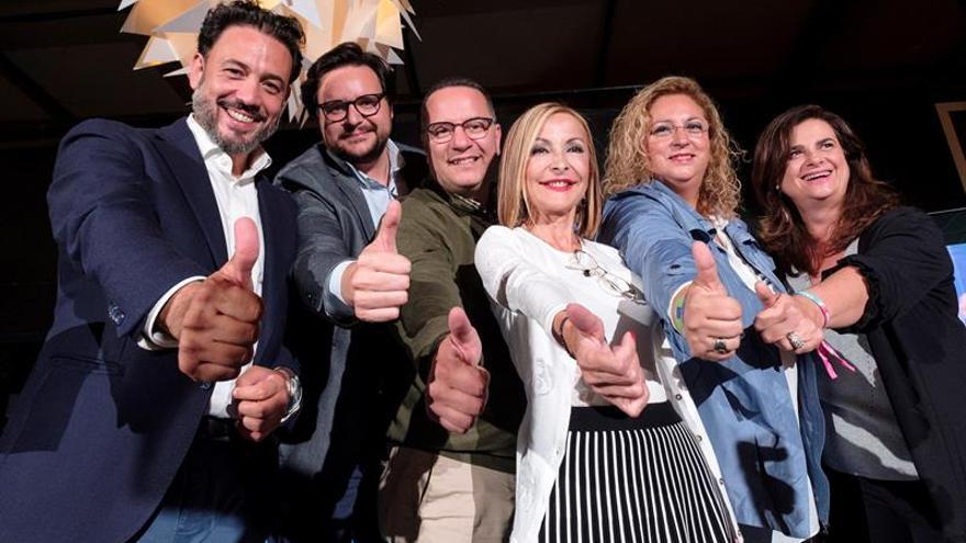 La presidenta del Partido Popular en Canarias, Australia Navarro (3d), celebra los resultados de su partido. EFE/Ángel Medina G.