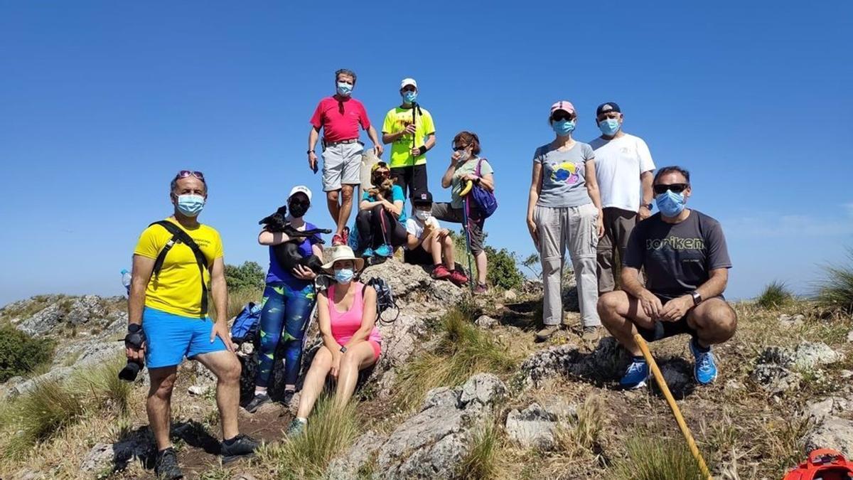 Un grupo de personas participa en una de las actividades de la Semana del Geoparque en las Sierras Subbéticas.