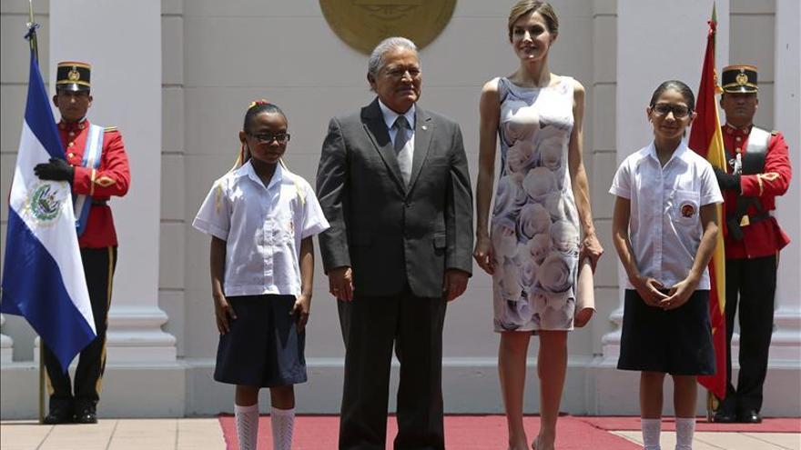 """La Reina vive como """"un honor"""" representar a España en la ayuda al desarrollo"""