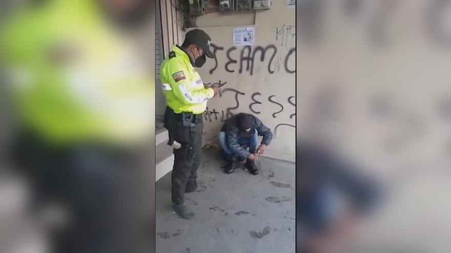 Un policía ecuatoriano dona sus botas en plena calle a un migrante colombiano