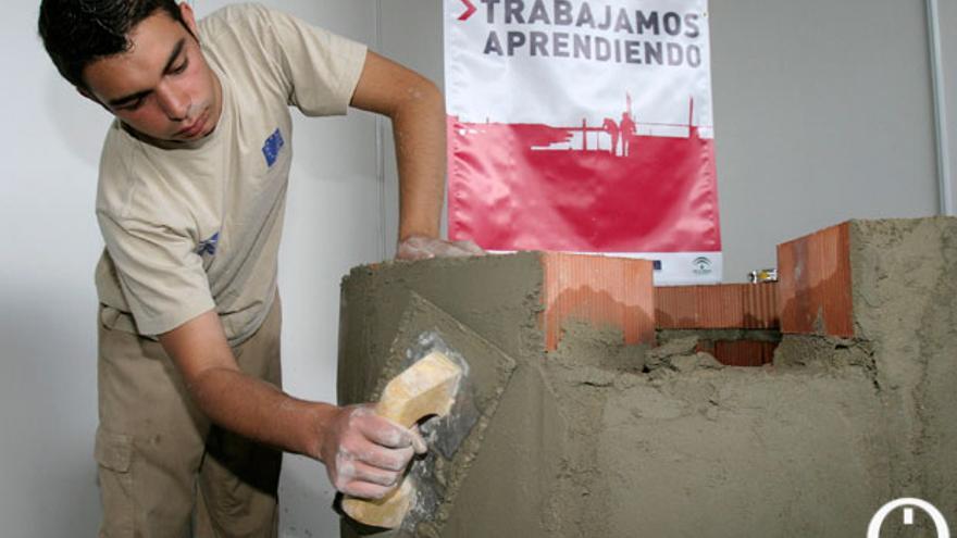 Un joven en un taller de empleo. Imagen de archivo   MADERO CUBERO