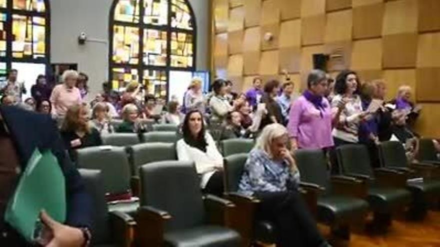 'Bella Ciao' feminista en el pleno de Zaragoza frente a una moción de Vox