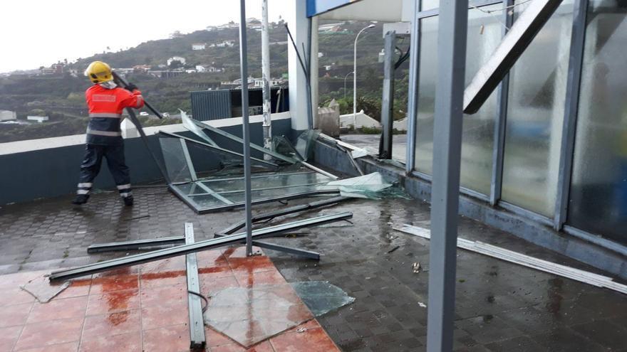 Un miembro de Bomberos La Palma actuando en uno los incidentes provovados el fuerte viento de la borrasca Emma.