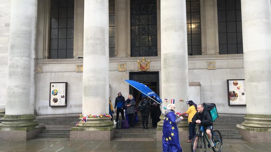 Las pocas personas que se manifestaban este viernes en la Central Library de Manchester.