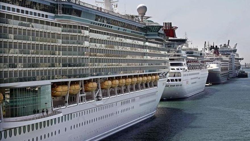 Embarcaciones destinadas al turismo, en el puerto capitalino de Tenerife, en una imagen de archivo