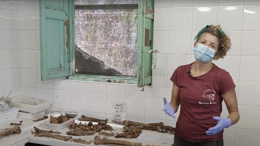 La antropóloga Marisol Schwab en el laboratorio de la excavación de las fosas de Paterna (València).