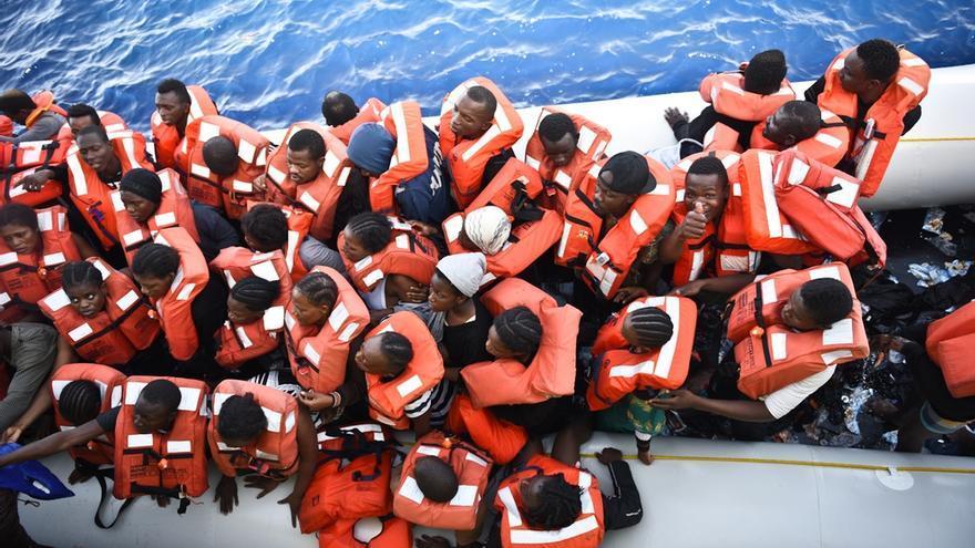 Una balsa de goma transporta a 140 personas, entre ellas 14 mujeres embarazadas. Todos fueron rescatados por el Bourbon Argos // Copyright: Sara Creta/MSF