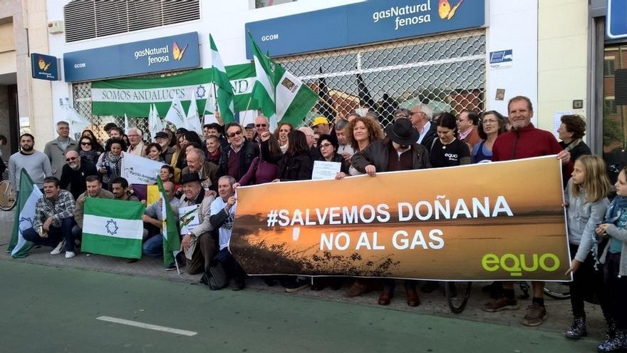 Decenas de personas se concentran ante la sede de Gas Natural en Sevilla en protesta por las obras en Doñana