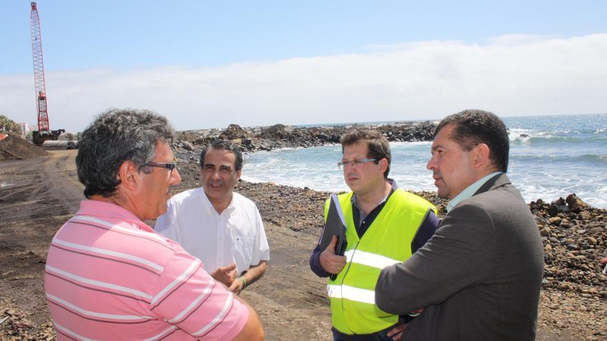 El alcalde de la capital (derecha), en la obra de la playa, con varios técnicos.