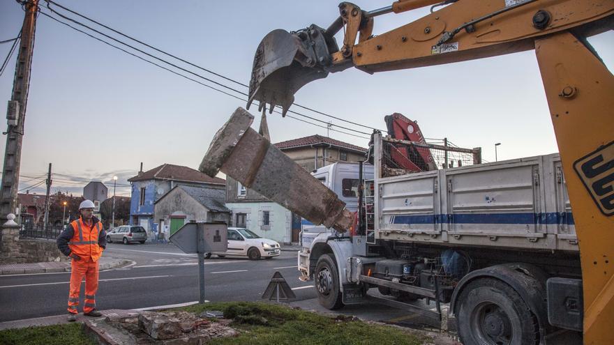 Los operarios municipales proceden a la retirada del monumento de origen franquista.