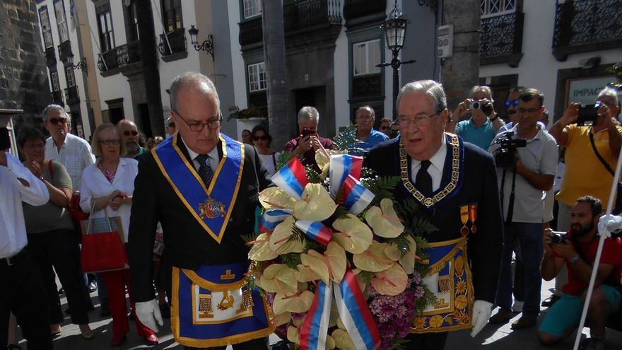 Jerónimo Saavedra depositó un ramo de flores junto a la estatua del Padre Díaz. Foto: JOSÉ RODRÍGUEZ ESCUDERO
