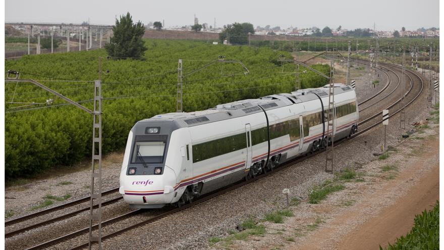 Economía/Transportes-Fomento lleva al Consejo de Ministros la reestructuración del servicio de trenes de media distancia